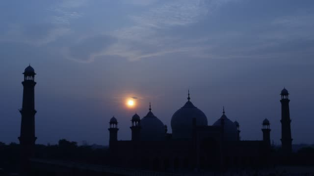 view of badshahi mosque at dawn in punjab, pakistan - punjab pakistan stock videos & royalty-free footage