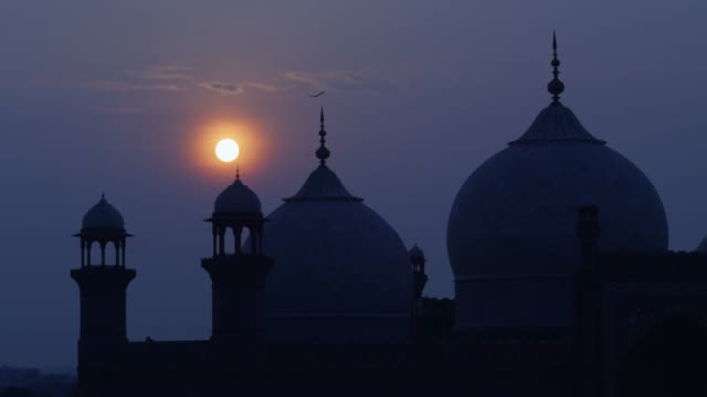 vídeos y material grabado en eventos de stock de view of badshahi mosque at dawn in punjab, pakistan - pakistán