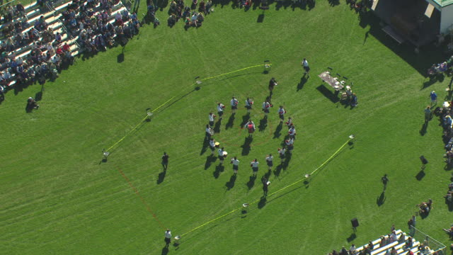 vidéos et rushes de ms zo aerial view of bagpipers marching into circle formation and scottish irish highland festival / estes park, colorado, united states - scottish culture