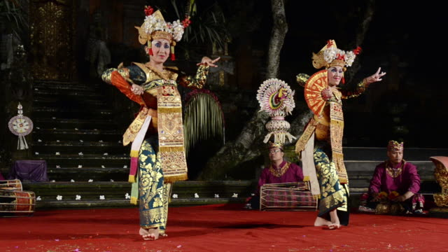 vidéos et rushes de ms view of balinese girl dancers performing legong dance in puri saraswati temple audio / ubud, bali, indonesia - coiffe traditionnelle