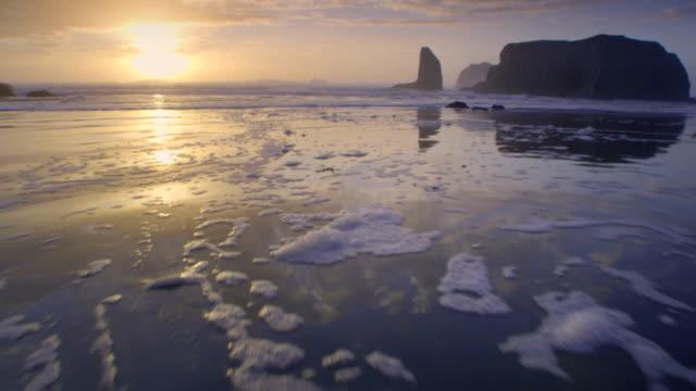 ws pov view of bandon beach / bandon, oregon, usa - costa dell'oregon video stock e b–roll