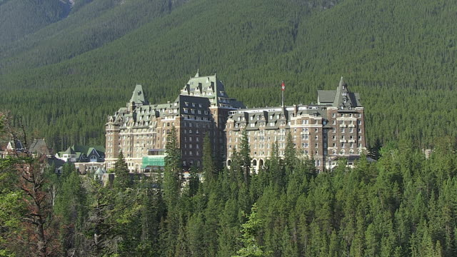 MS View of Banff Springs Hotel surrounded by tree near Bow River / Banff Nationalpark, Alberta, Canada