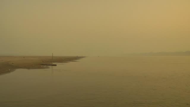 ws view of bank of ganges river / varanasi, uttar pradesh, india - acqua santa video stock e b–roll