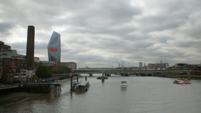 view of bankside and the river thames on an overcast day - overcast stock videos & royalty-free footage