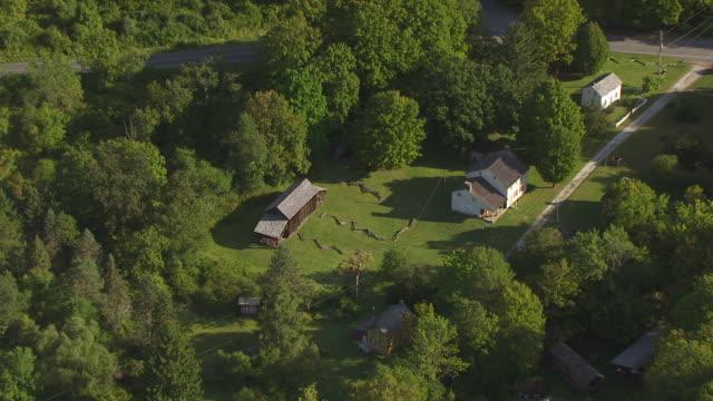 vídeos y material grabado en eventos de stock de ms aerial zo view of barn to millbrook village en route from lake hopatcong to delaware gap / new jersey, united states - delaware water gap
