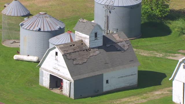vídeos de stock, filmes e b-roll de ws aerial pov view of barns and silos / iowa, united states - exposto ao tempo
