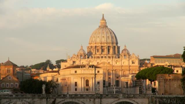 ws view of basilica san pietro at morning / rome, latium, italy - サンピエトロ寺院点の映像素材/bロール