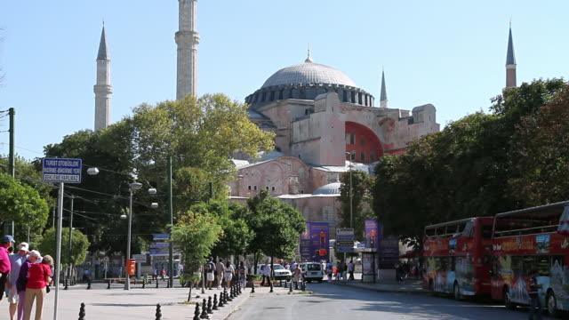 stockvideo's en b-roll-footage met ws view of basilique sainte-sophie with people / istanbul, turkey - straatnaambord