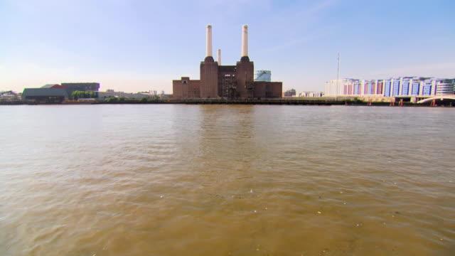ws view of battersea power station from chelsea embankment / london, greater london, united kingdom - バタシー発電所点の映像素材/bロール