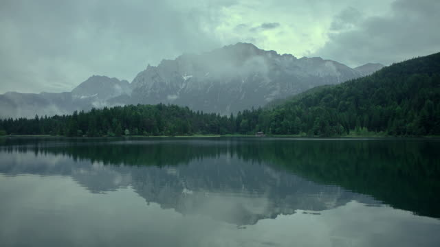 ws t/l view of bavarian lake with mountain panorama and reflections / lautersee, bavaria, germany   - ruhige szene stock-videos und b-roll-filmmaterial