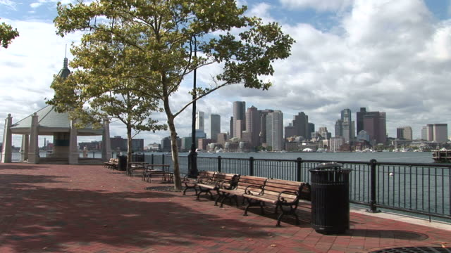 vidéos et rushes de view of bayside walkway in boston united states - aller tranquillement