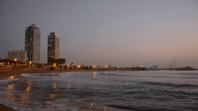 vídeos de stock e filmes b-roll de ws view of beach and rolling waves near marina / barcelona, catalunya, spain - barcelona espanha