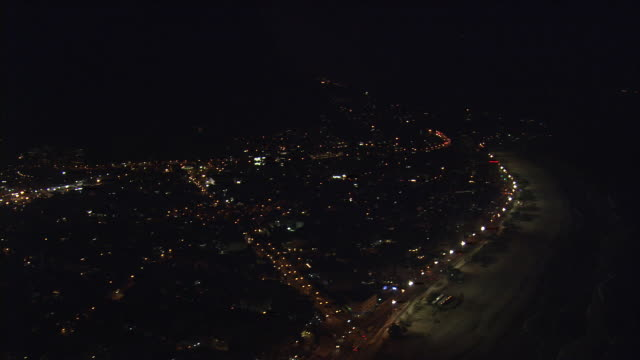vidéos et rushes de ws aerial view of beach at night / rio de janeiro, brazil - vue subjective d'un avion