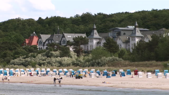 ws view of beach chairs and houses seen from pier on usedom island  / zinnowitz, mecklenburg-western pomerania, germany - komplett stock-videos und b-roll-filmmaterial