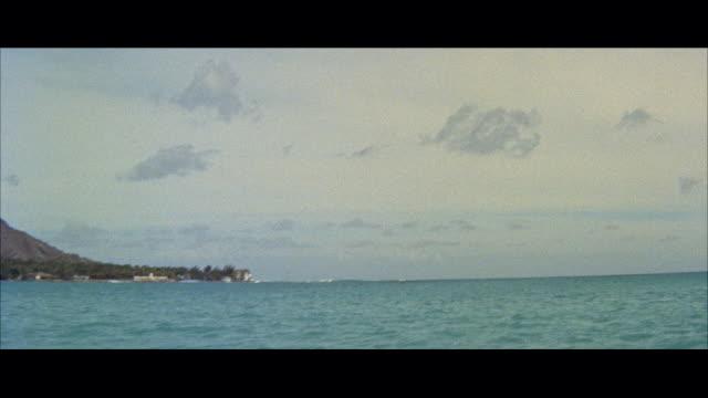 ws pan view of beach / honolulu, hawaii, united states - 夏威夷群島 個影片檔及 b 捲影像