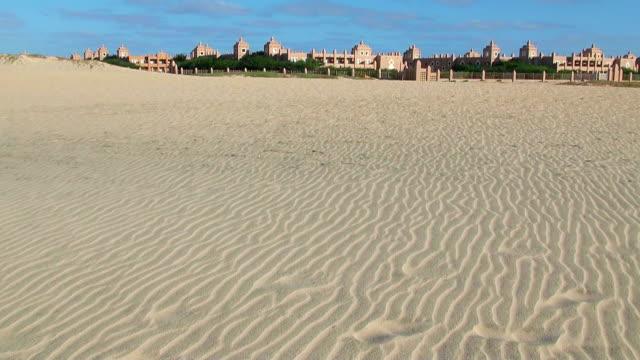 vídeos y material grabado en eventos de stock de ws view of beach near santa maria with hotel riu funana / santa maria, sal, cape verde - cabo verde