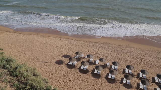 vídeos de stock e filmes b-roll de view of beach scene, albufeira, algarve, portugal, europe - portugal