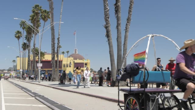 view of beach street on summer'?s day, santa cruz, california, united states of america, north america - カリフォルニア州サンタクルーズ点の映像素材/bロール