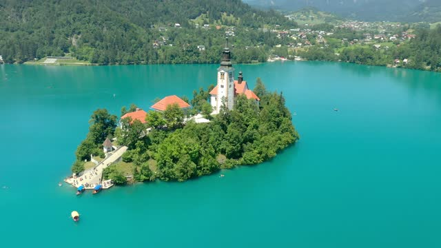 vídeos de stock e filmes b-roll de view of beautiful lake bled with small island and church - lago bled