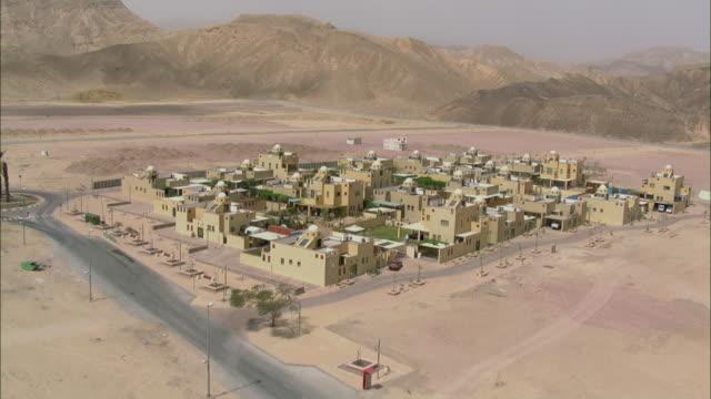 vídeos y material grabado en eventos de stock de aerial view of be'er ora, town in desert landscape, arava, israel - vista de población