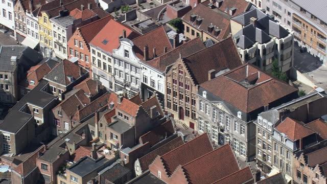 vídeos de stock e filmes b-roll de ms aerial pan view of belfort tower and street cafe at ghent / flanders, belgium - pináculo campanário