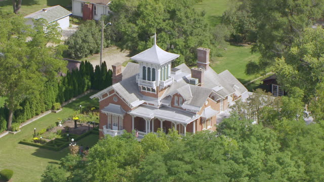 vidéos et rushes de ws aerial pov view of belvedere mansion / galena, jo daviess county, illinois, united states  - illinois
