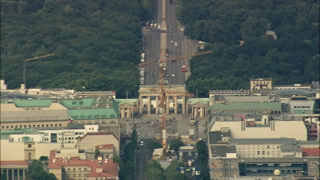 stockvideo's en b-roll-footage met aerial zo view of berlin, brandeburg, germany - brandenburgse poort