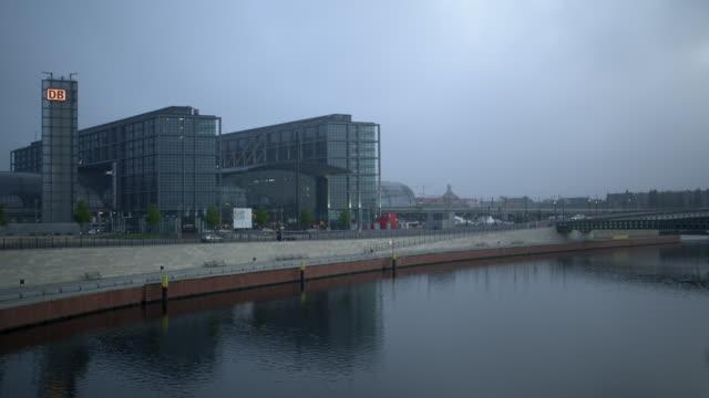 view of berlin central train station ( berlin hauptbahnhof–lehrter bahnhof ) from across the river spree - river spree stock videos & royalty-free footage