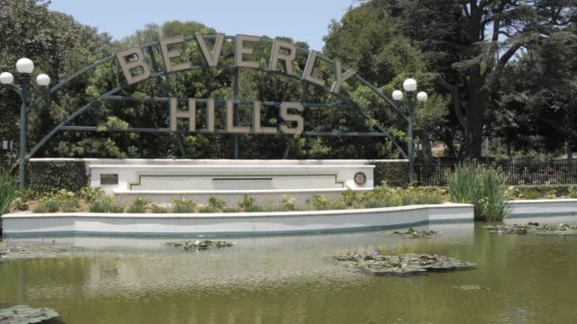 view of beverly hills sign in beverly gardens park, beverly hills, los angeles, california, united states of america, north america - ビバリーヒルズ点の映像素材/bロール