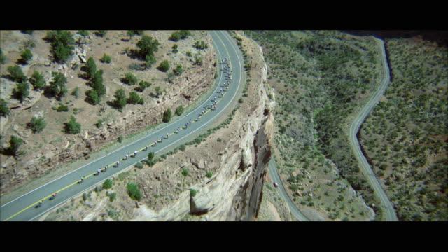 vídeos de stock e filmes b-roll de ws ts pov aerial view of bicycle racers on mountain road - bicicleta de corrida