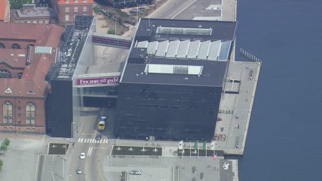ws aerial zo view of black diamond ( king's library) / copenhagen, denmark - oresund region stock videos & royalty-free footage