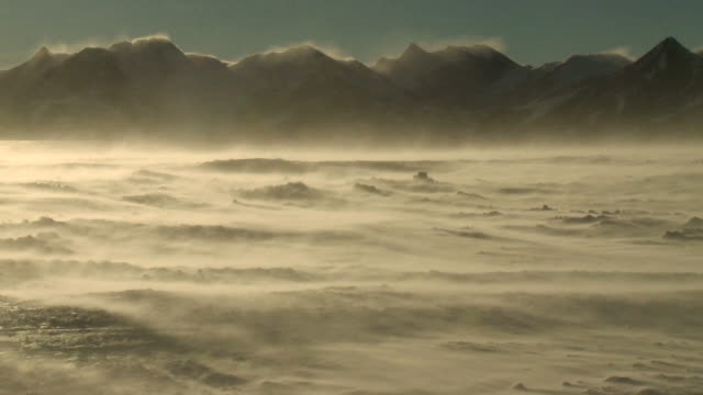 ws view of blizzard winds wept landscape of sparkling ice and snow with mountains and bright sunshine / union glacier, heritage range, ellsworth mountains, antarctica  - antarktis stock-videos und b-roll-filmmaterial