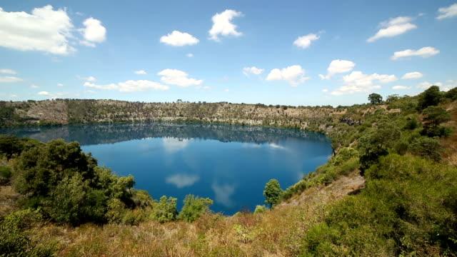 blick auf die blaue see krater am mount gambier-süd australien - vulkanlandschaft stock-videos und b-roll-filmmaterial