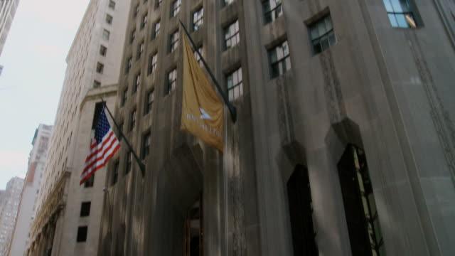 vídeos de stock, filmes e b-roll de tu ws view of bny mellon building / new york city, new york state, usa  - inclinando se