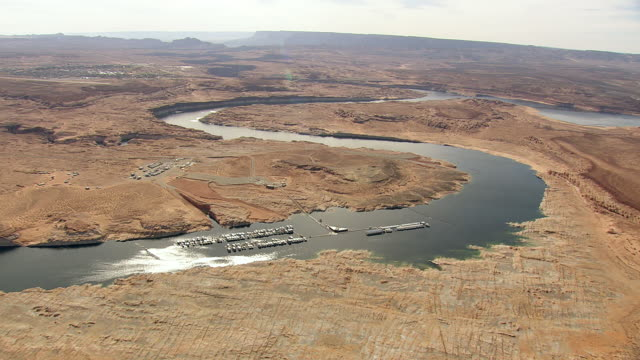 vídeos de stock e filmes b-roll de ws aerial view of boat at jetty at lake powell / arizona, united states - lago powell