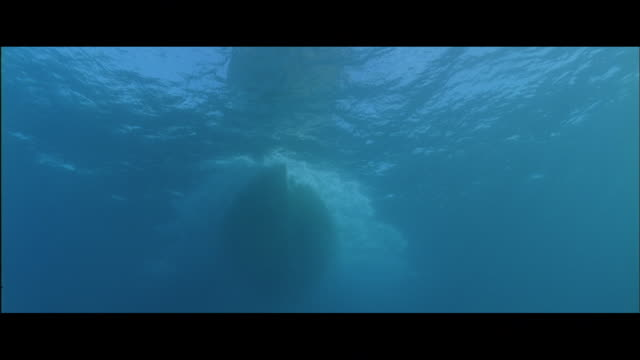la view of boat hull passing underwater - rumpf stock-videos und b-roll-filmmaterial