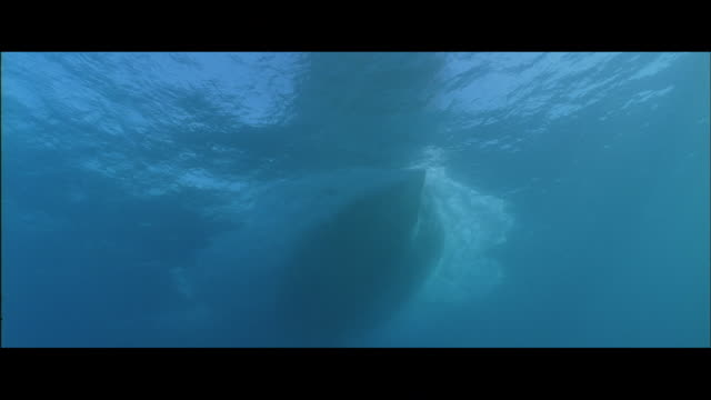 la view of boat hull passing underwater - inquadratura estrema dal basso video stock e b–roll