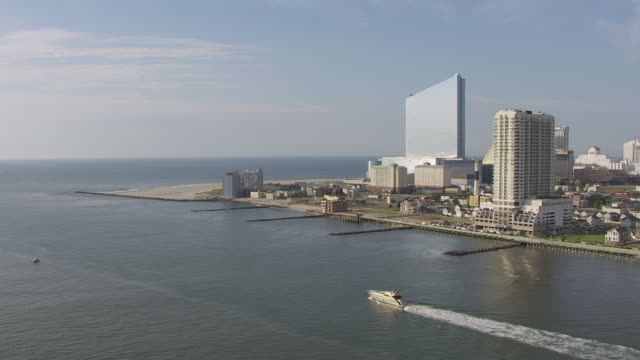 vídeos de stock, filmes e b-roll de ws aerial view of boat in absecon inlet / atlantic city, new jersey, united states - atlantic city