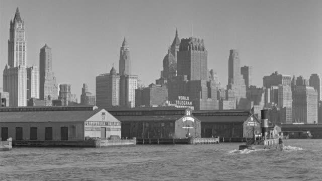 ws pov view of boat in east river with skyline  - porto di new york video stock e b–roll