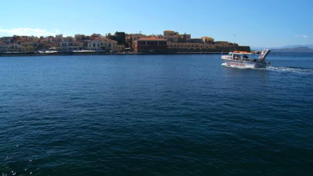 vídeos y material grabado en eventos de stock de ws view of boat in sea coming at dock / greece - embarcación de pasajeros