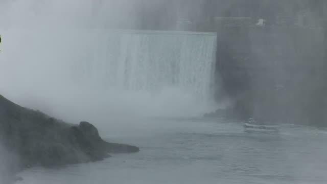 vidéos et rushes de view of boat near niagara fall in new york united states - rivière niagara