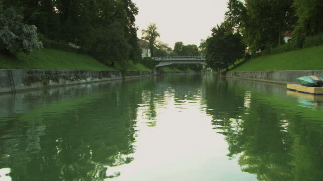 vidéos et rushes de ws pov view of boat sailing in river / ljubljana, slovenia - ljubljana