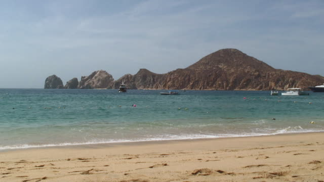 ws view of boat with mountains in background / cabo san lucas, mexico - cabo san lucas stock videos & royalty-free footage