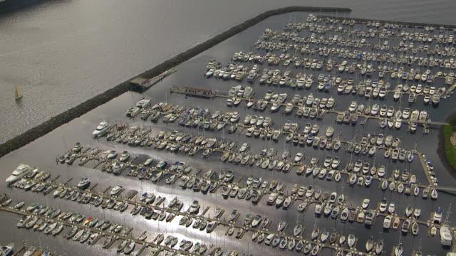 ws aerialzi view of boats parking in elliott bay marina / seattle, washington, united states - elliott bay stock videos & royalty-free footage