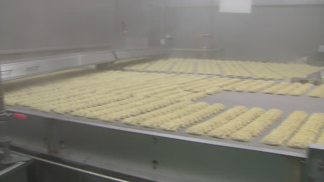 View of boiling the dumplings on the moving conveyor