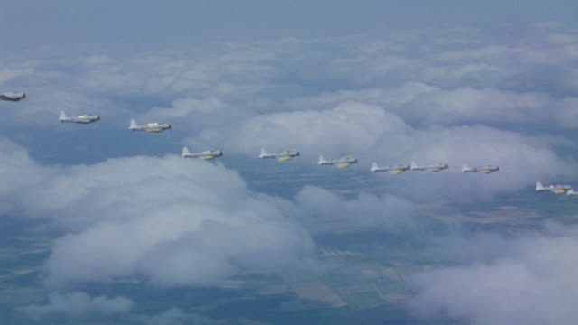 stockvideo's en b-roll-footage met ws aerial ts view of bombers flying in formation above clouds - luchtmacht