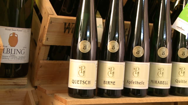 vídeos de stock, filmes e b-roll de  cu pan view of bottles at brandy distillery / fellerich, rhineland-palatinate, germany  - etiqueta conceito