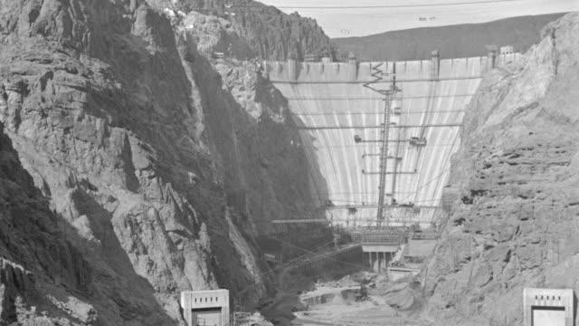 vídeos de stock, filmes e b-roll de ws view of boulder dam in under construction - represa hoover