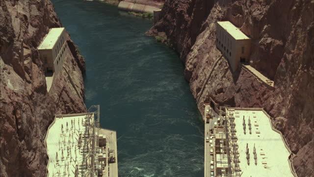 vídeos de stock, filmes e b-roll de ms aerial view of boulder dam to buildings and churning water below / nevada, arizona, usa - represa hoover