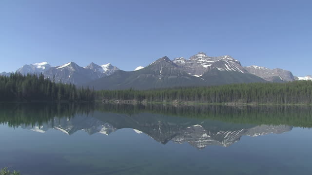 WS View of Bow Range reflected in Herbert Lake / Banff Nationalpark, Alberta, Canada
